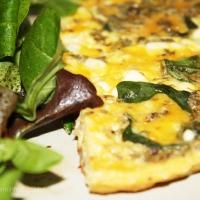 Omelete fingida com queijo feta e manjericão fresco